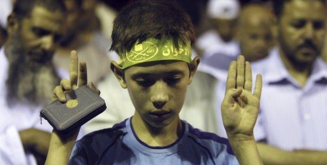 Piccoli martiri crescono. In Egitto i Fratelli Musulmani portano i bambini in piazza. E li usano come scudi umani. (Reuters/Amr Abdallah Dalsh)