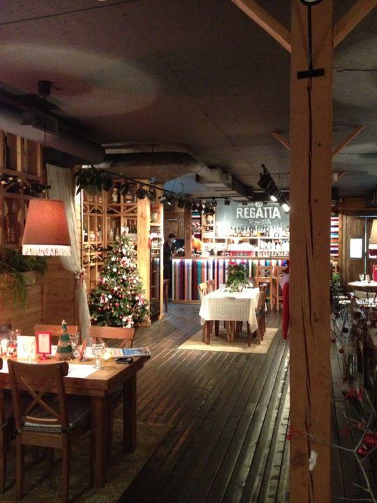 на воде. крестовский. не плавает. не пафосный. Главная «фишка» заведения - разноцветная домашняя паста, которую делают здесь же. http://www.the-village.ru/village/food/new-place/110691-novoe-mesto-peterburg-restoran-regatta