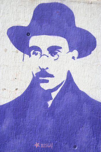 """Dentre as obras que o leitor pode usufruir estão 'Poemas de Álvaros de Campos"""", """"Cancioneiro"""", """"Poemas de Ricardo Reis"""" entre outros clássicos."""