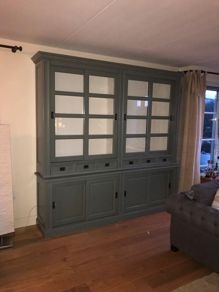Grote hoge buffetkast in het Engels groen met witte binnenkant. De luxe soft close laden, paneel achterwand en schuifdeuren met roedes maken deze kast een plaatje.