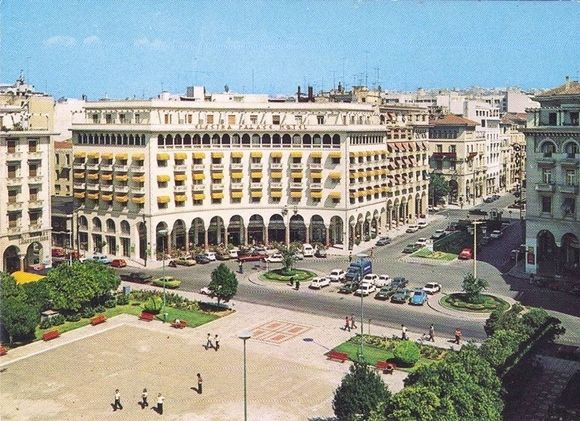 Retro photo of Thessaloniki - Aristotelous square (without the traffic) ___ Η πόλη δεν ήταν πάντα πίτα στα αυτοκίνητα... | Parallaxi Magazine