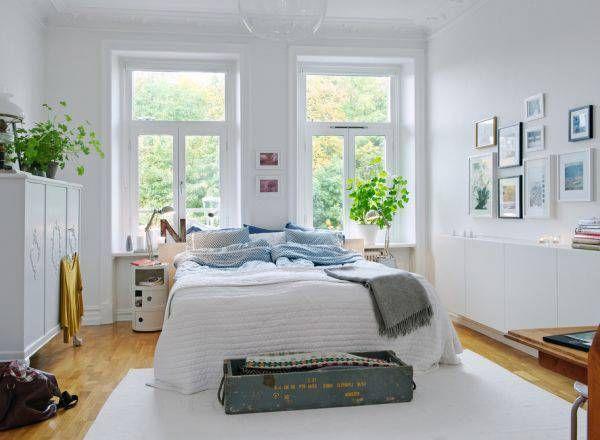 camera da letto con grandi finestre