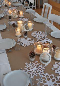 Schöne winterliche Tischdeko mit Schneesternen und Windlichtern. Tischdekoration im Winter und Advent.