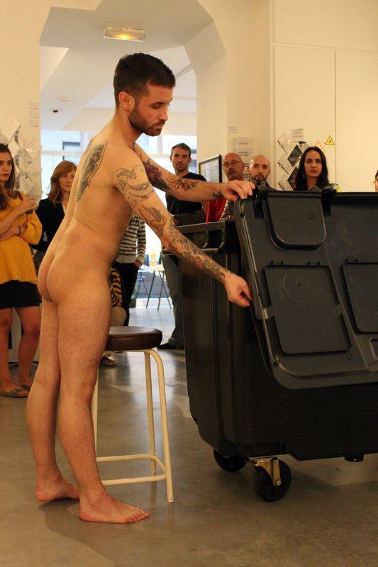 Expositions - La Galerie des Pentes, galerie d'art contemporain, Lyon Abel Azcona - Nine Container - Performance