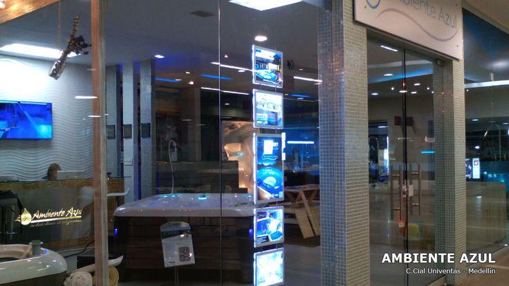Centro Comercial Univentas en Itagüí, Showroom de Ambiente Azul con carteles luminosos LED en la vitrina.