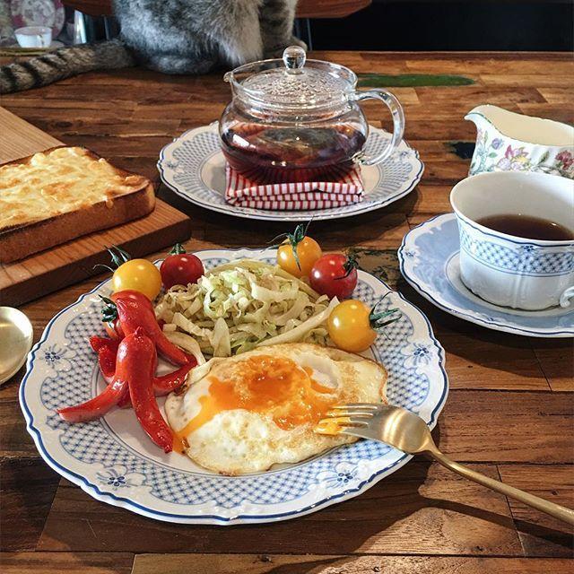 Instagram media by veekawong - #vsco #vscocam #vscofood #brunch #breakfast #bonechina #hutschenreuther #blacktea #darjeeling#minton#ikea #interior #cat #朝ごはん#朝食#ブランチ#目玉焼き#キャベツ#ミニトマト#ウインナー#フッチェンロイター#ミントン#紅茶#ダージリン#ねこ#猫部#一人食