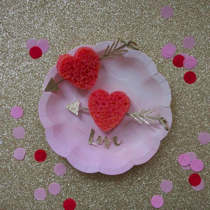 Des mini gâteaux coeurs réalisés avec des emporte-pièces pour déclarer sa flamme à l'occasion de la St Valentin. Accessoires de pâtisserie retrouver sur www.rosecaramelle.fr  #love #coeur #patisserie #cusine #deco #fete #party #mariage #wedding #stvalentin #valentine #amour #decoration