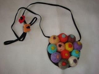 Hay collares de fieltro de muchos modelos: con botones de colores cosidos, con bolas de lana de fieltro, con flores de colores, hasta collar...