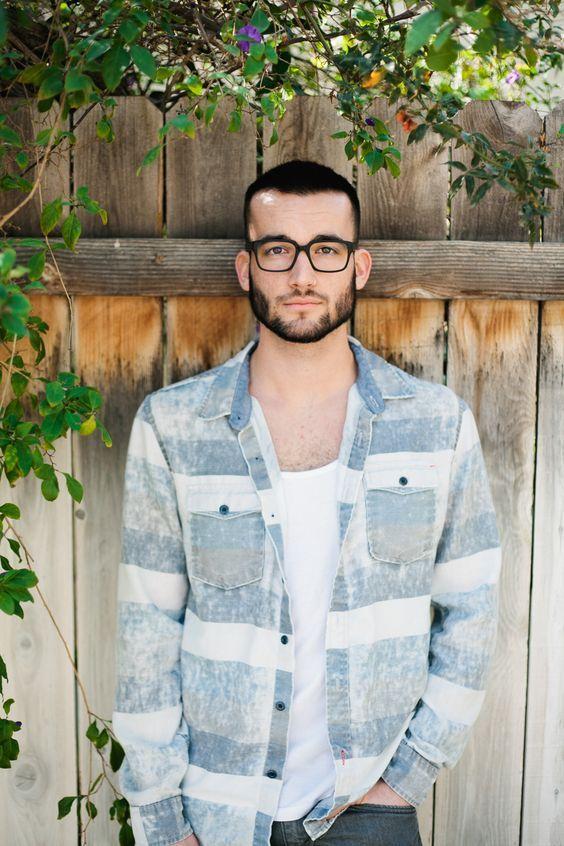 Macho Moda - Blog de Moda Masculina: ÓCULOS MASCULINO: 5 modelos que estão em alta pra 2017. óculos masculino com Armação preta. Blazer Listrado com Camiseta