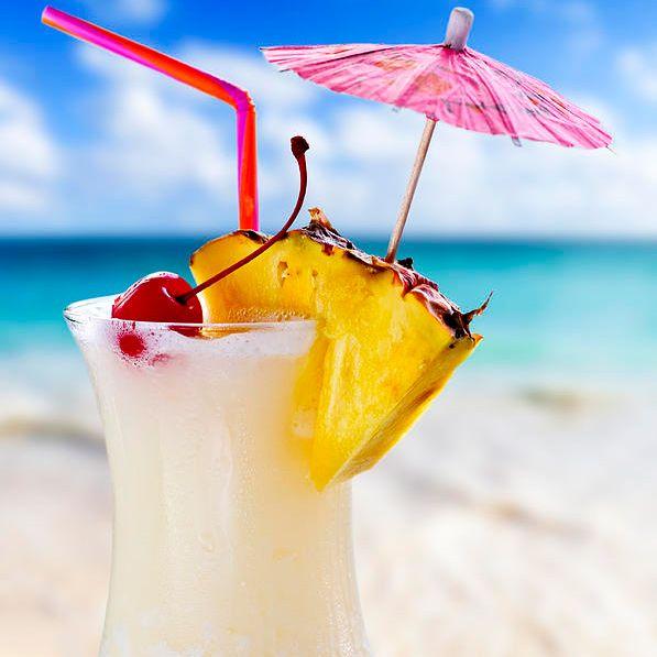 Коктейль Пина Колада на основе кокосовых сливок, белого рома, ананасового сока и сливок.