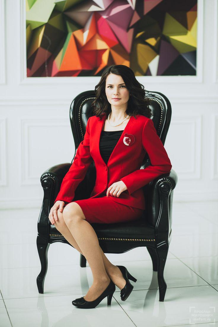 Портретная деловая фотосессия в светлой белой студии в Москве