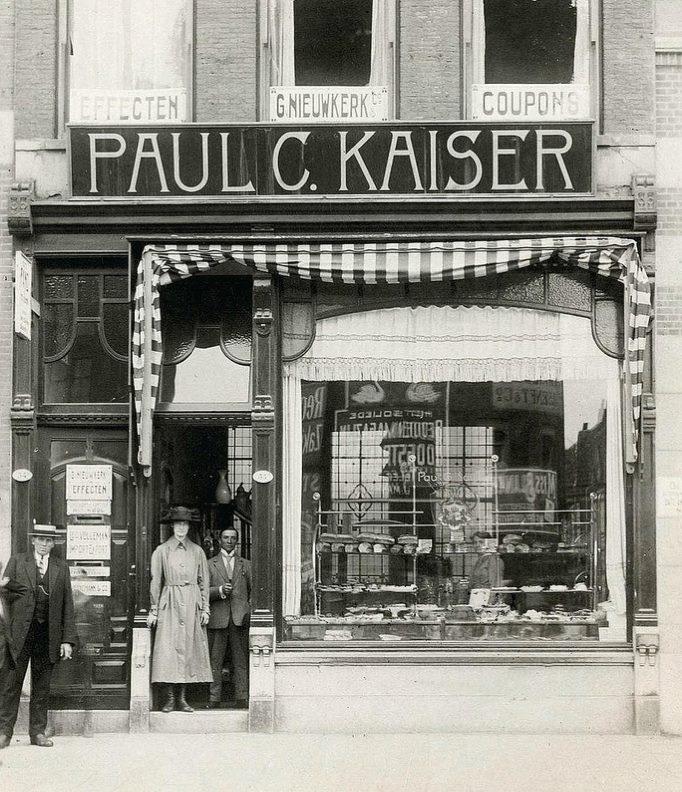 paul kaiser was de koekjes fabriek in de blommerdijksestraat achter de hofdijk.Vrachtwagens kwamen daar laden en lossen  Vlakbij het Heliport terrein. Is overgegaan in de Van der Meer en Schoep