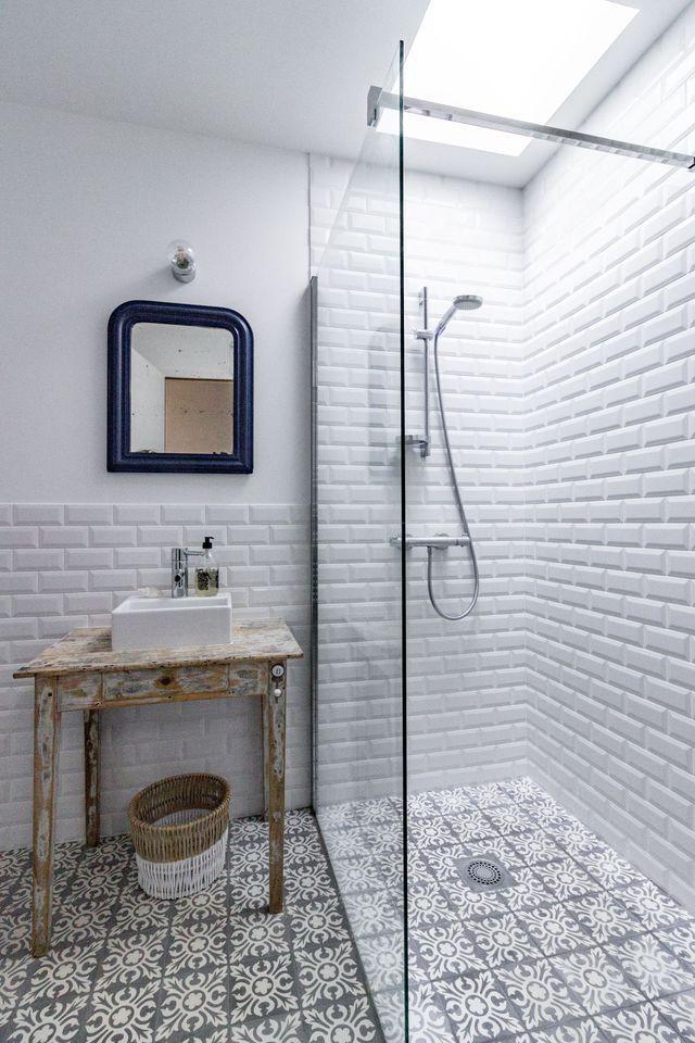 Carrelage métro et carreaux de ciment se subliment dans les salles de bains.