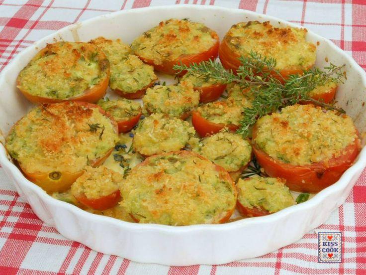 Pomodori gratinati alle erbe e mozzarella. Un profumatissimo secondo piatto estivo. La ricetta è molto semplice e di facile realizzazione.