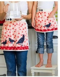 so cute.: Aprons Ideas, Mothers Daughters, Mothers Daught Aprons, Aprons Addiction, Matching Aprons, Daughters Aprons, Silhouette Ideas, Aprons String, Aprons 523X670