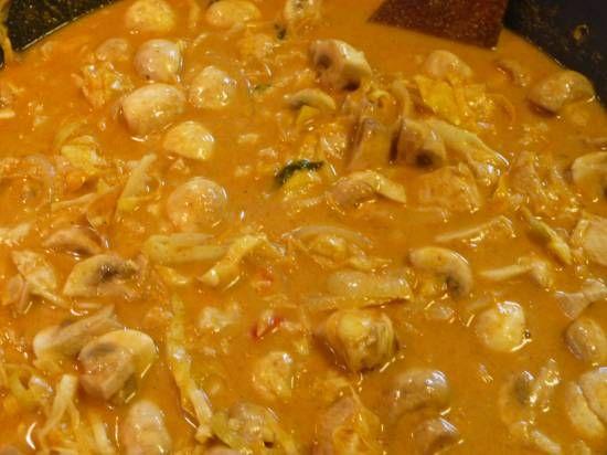 Rode kipcurry met (spits)kool en champignons