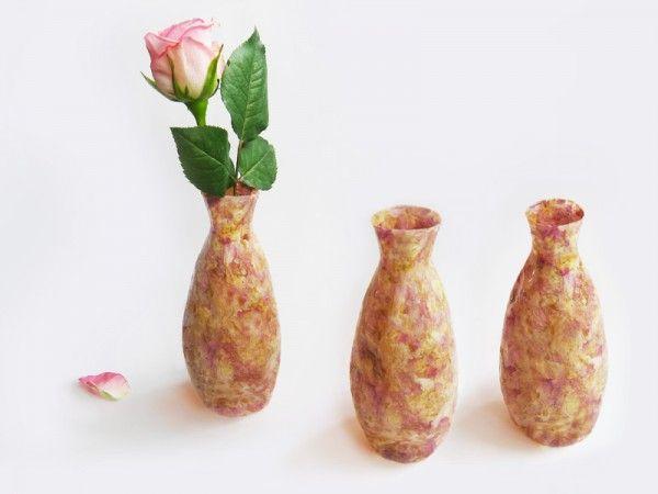 USŁANE RÓŻAMI na FUTU.PL Najlepszym symbolem ulotnego piękna jest róża. Nowojorski projektant Louie Rigano znalazł sposób na utrwalenie uroku tych delikatnych roślin – stworzył z nich wazony Rose Vase.