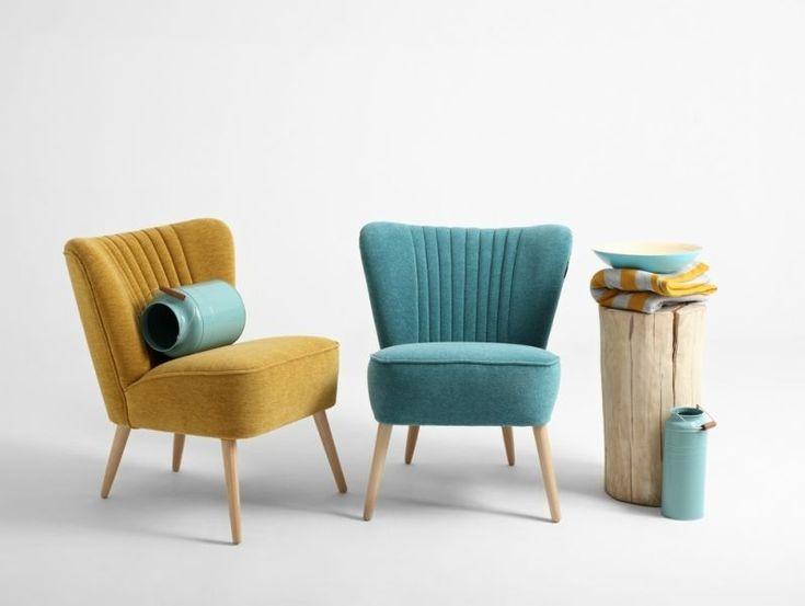 De stijlvolle Lola fauteuil van i-Sofa is geïnspireerd op de iconische vormen van de jaren '60. De verticale capitonnering in de rugleuning en de schuine eikenhouten poten geven deze fauteuil een uitnodigende retro uitstraling.