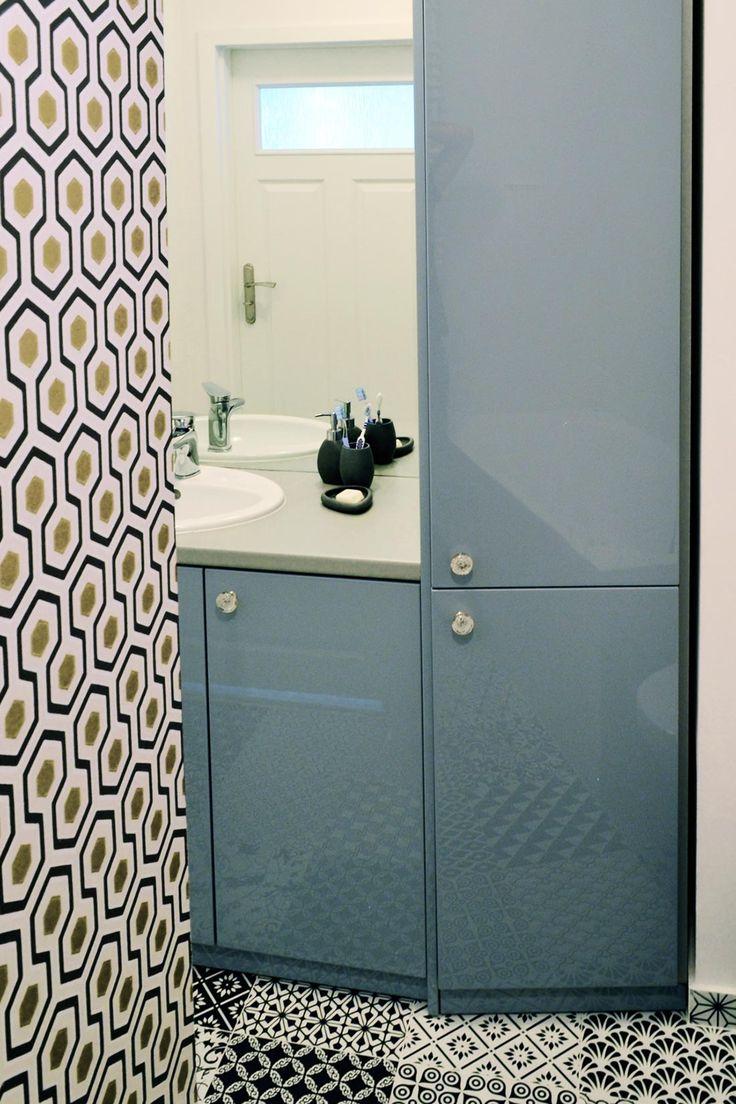 Nietypowe połączenie - geometryczna tapeta i marokańskie płytki podłogowe.