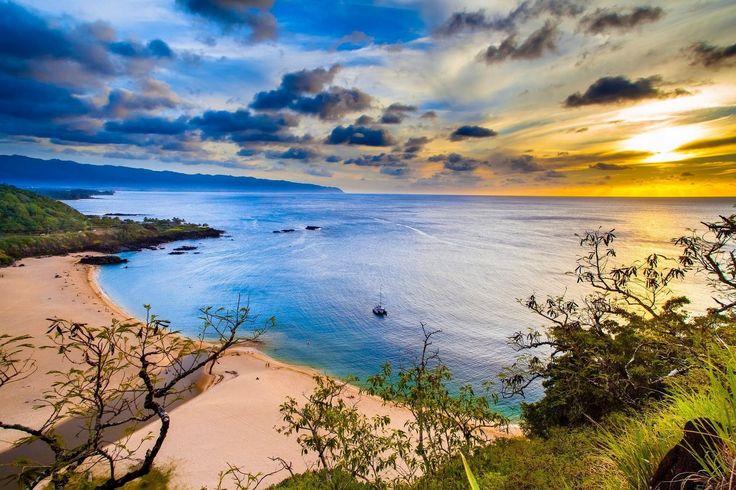 Espectacular vista de Waimea Bay Oahu Hawaii. Qué lujazo -------------------------- Fot.: SMyers #waimea #bay #oahu #hawaii #atardecer #sunset #barco #boat #naturaleza #nature #playa #beach #seascape #paisaje #oceanscape #agua #water #arena #sand #calma #calm #relax #sol #sun #aloha