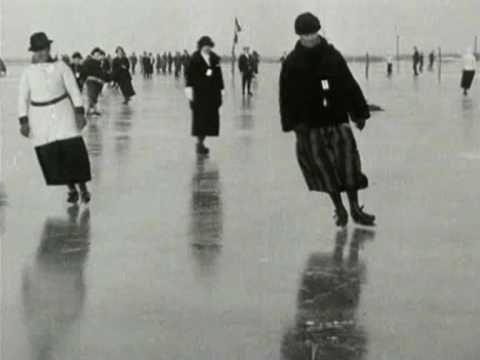 SCHOONRIJDEN OP DE SCHAATS 1925 . This film whas made long before I was born, but my parents always skated this way.