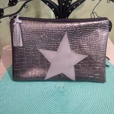 Trousse plate en similicuir gris argenté et étoile gris mat