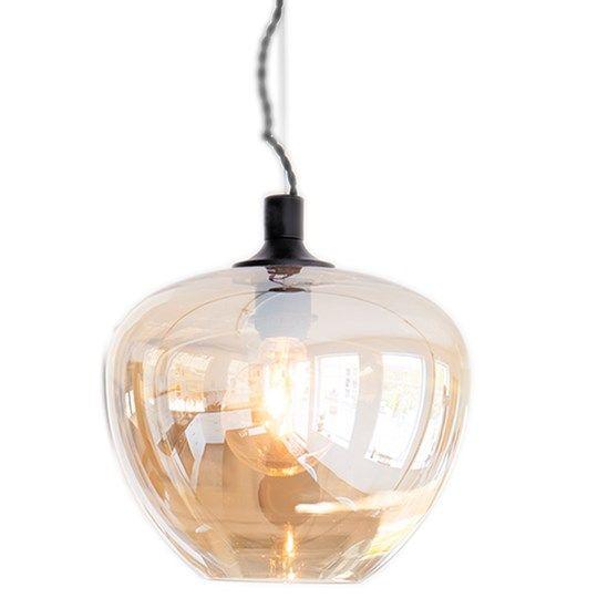 Bellissimo är en vacker taklampa i utsökt, skirt glas i färg. Du kan få denna lampa i färgerna: rosa, amber och rökgrått. Kabeln är twistad i svart och med lampan följer en takkopp i metall. Höjd 30 cm