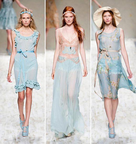 Pasztellkék, tavaszi égbolt: a ruhák olyan könnyedek, mint a szellő, és persze nem is takarnak sokat.