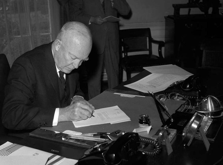 March 18,  1959: EISENHOWER SIGNS THE HAWAII STATEHOOD BILL  -    President Dwight D. Eisenhower signs the Hawaii statehood bill. (Hawaii became a state on Aug. 21, 1959.)