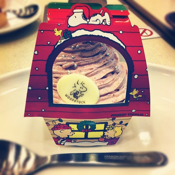 Snoopy Christmas cupcake box at Mister Donut.