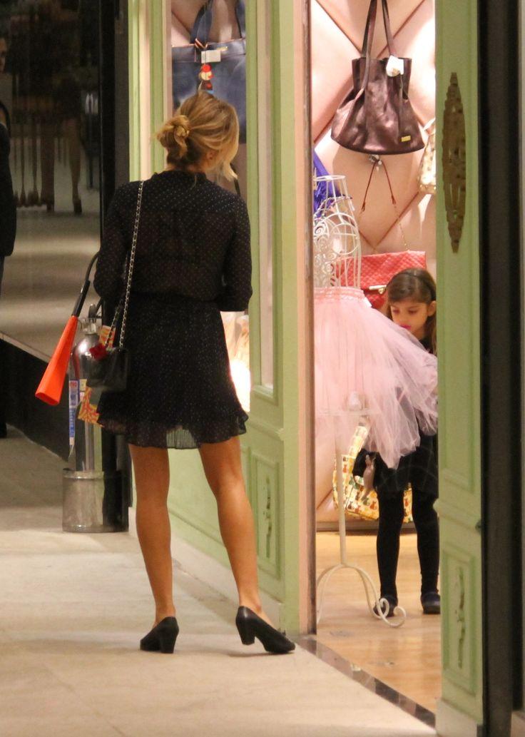 Fofura! Filha de Grazi Massafera se encanta com saia de bailarina