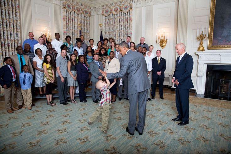 """Altro che politici, militari e diplomatici. Le vere star della Casa Bianca sono i baby visitatori. Per loro la stanza ovale del Presidente Usa è semplecimente un luogo """"speciale"""" in cui continuare a giocare, mentre mamma e papà sono impegnati con l'uomo più potente del"""