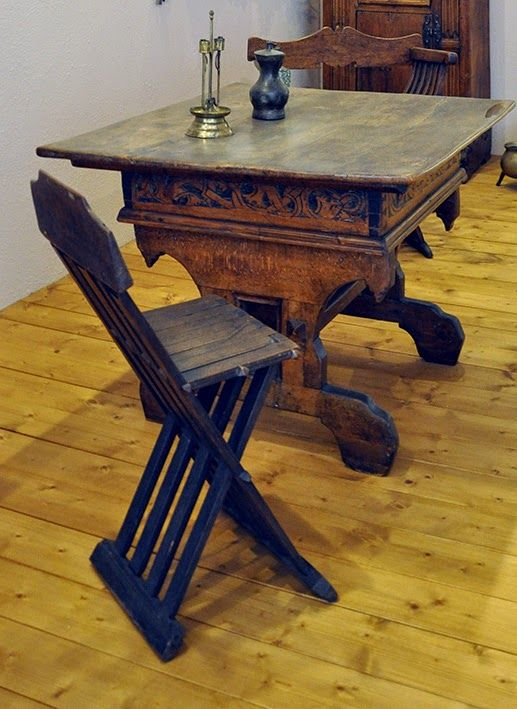 This sedia tenaglia can be seen in the Museum fur Angewandte Kunst in Frankfurt, Germany. The chair has likely 5 legs. Behind the table a sedia savonarola can be seen. A late 15th century folding chair.
