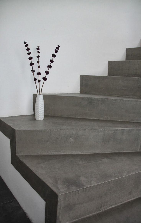 Die Betontreppe wirkt im Kontrast mit der weißen Wand und durch ihre Einfachheit shr modern.  – via  betonlook.blogspot.de – Katharina Wünsch