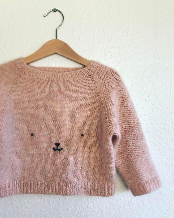 """587 Synes godt om, 14 kommentarer – PetiteKnit • knitting patterns (@petiteknit) på Instagram: """"Bamsesweater  Der er garanteret begejstring hos børn! Strikket i en tråd Engleuld fra Tusindfryd…"""""""