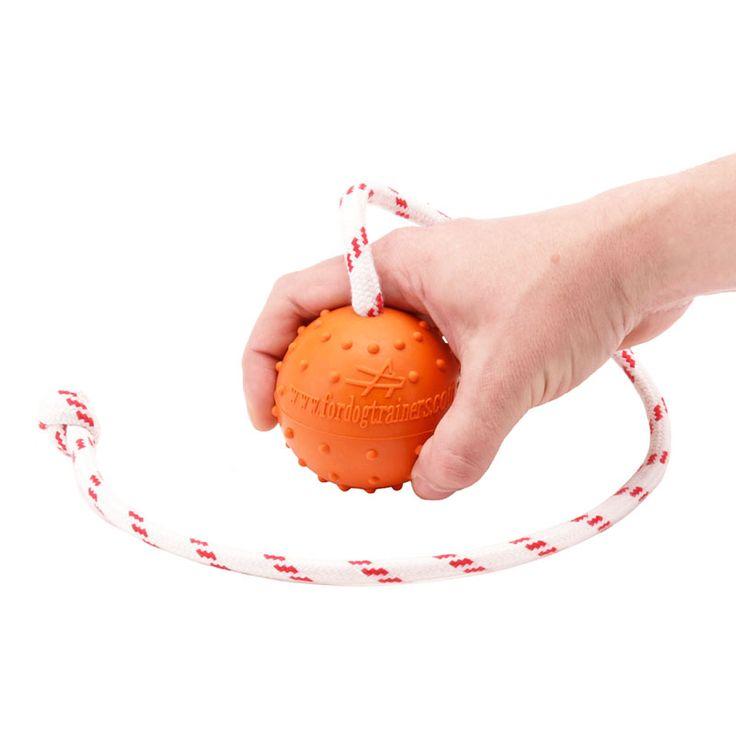 Mimo tego piłeczka ma przyjemny zapach, przez który pies szuka piłki. Nietonąca zabawka będzie cudownym prezentem dla średnich lub dużych psów.