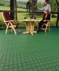 terrasse mit terrassenboden aus terrassenfliesen. Black Bedroom Furniture Sets. Home Design Ideas