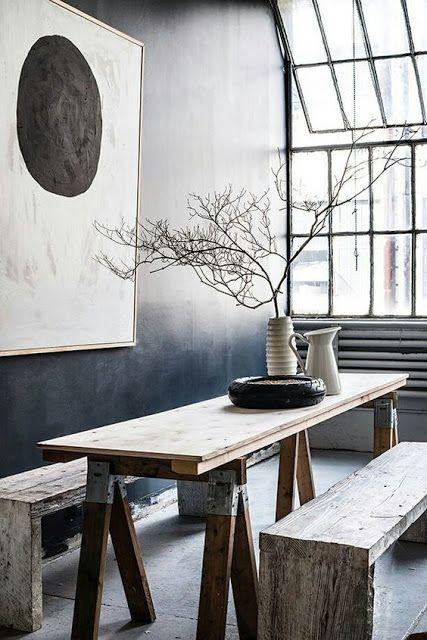 Une salle à manger au style kinfolk doit être épurée avec des matériaux bruts et des plantes minimalistes comme du branchage ou de l'eucalyptus