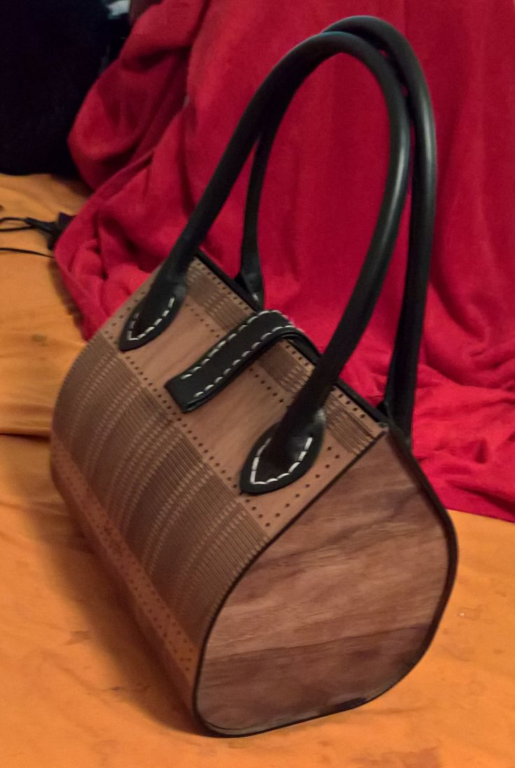 Modern, Schlicht und Elegant. So präsentiert sich unsere Handtasche aus Holz an jedem Frauenkörper