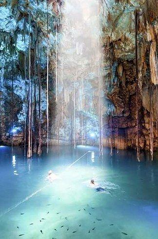 Muy cerca de la ciudad de Valladolid, al fondo de una caverna subterránea, te espera este cenote azul turquesa. Por un orificio en el techo caen las raíces de un árbol que atraviesa la gran bóveda para alimentarse del agua en el fondo.