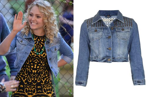 """Carrie Bradshaw wears a studded denim jacket and yellow abstract animal print dress on The Carrie Diaries episode """"I Heard A Rumour"""""""