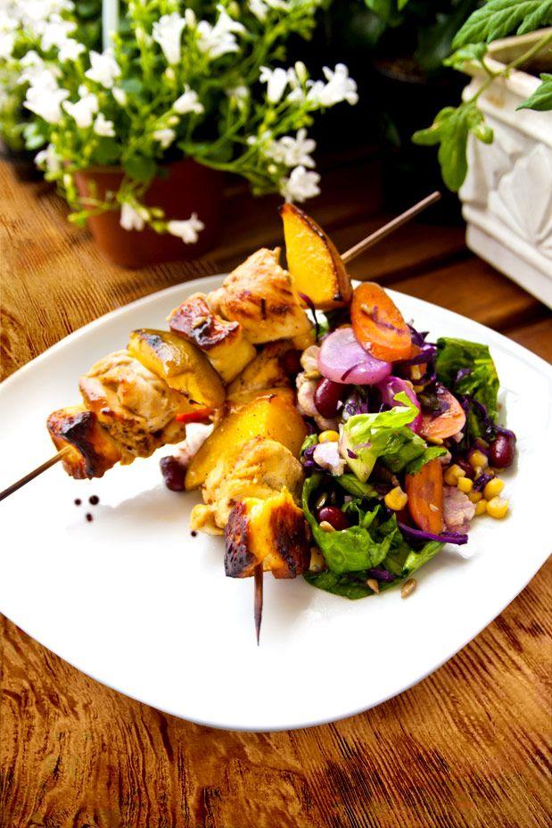 Mango och halloumispäckade kycklingspett med stekt sallad