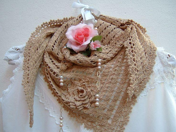 Sciarpa di pizzo all'uncinetto-Copri spalle di cotone ecru-Sciarpa triangolare per l'estate- Moda donna stile boho-Fiore applicato