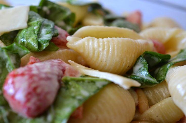 Nudelsalat mit Spinat, Erdbeeren, Greyerzer Höhlenkäse und Pinienkernen