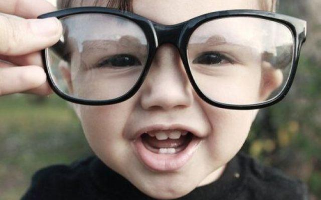 Bambini e monitor: aumenta il numero di bambini con occhiali Un tempo un bambino con gli occhiali diveniva oggetto sistematico dei lazzi dei coetanei. Ora per f salute vista bambini