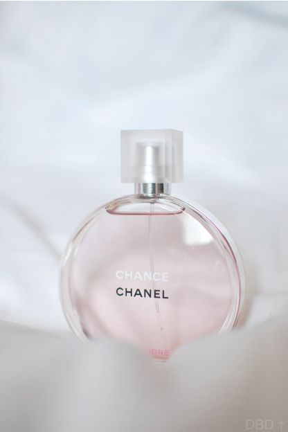 Chanel Chance Eau Tendre Perfume - White Moschus, Iris, Ambra, Jasmine, Cedarwood, and Grapefruit. For compliments everywhere you go, this is a very delicate and feminine scent with an intoxicatingly light, fruity trail.