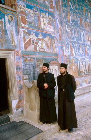 monjes ortodoxos, el monasterio de Voronet, Bucovina, Rumania.