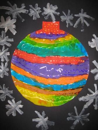 Draw a large Christmas ball on a sheet of paper with a light color. The children are here with white crayon patterns. then go there with different color ink over it. The crayon repels the ink, and so you get a Christmas ornament with beautiful patterns in it! Instead of crayons you can also use glue to make the patterns. This is done on the photo.