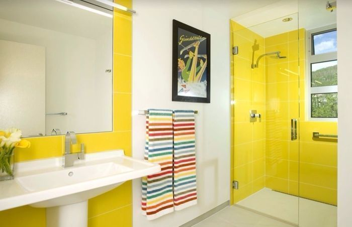 Солнечные и яркие желтые ванные комнаты будут бодрить с утра!