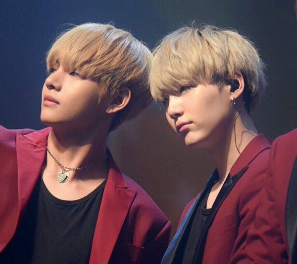 Left : V (Kim Taehyung) (뷔 (김태형)) | Right : Suga (Min Yoongi) (슈가 ( 민윤기)) | BTS / Bangtan Sonyeondan / Bangtan Boys (방탄소년단)